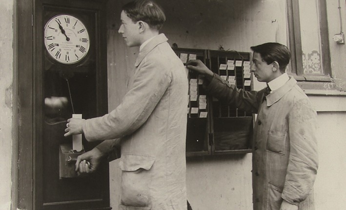 Musée de l'horlogerie Hommes pointant . Atelier Lambert à Saint-Nicolas d'Aliermont Collection musée de l'horlogerie.